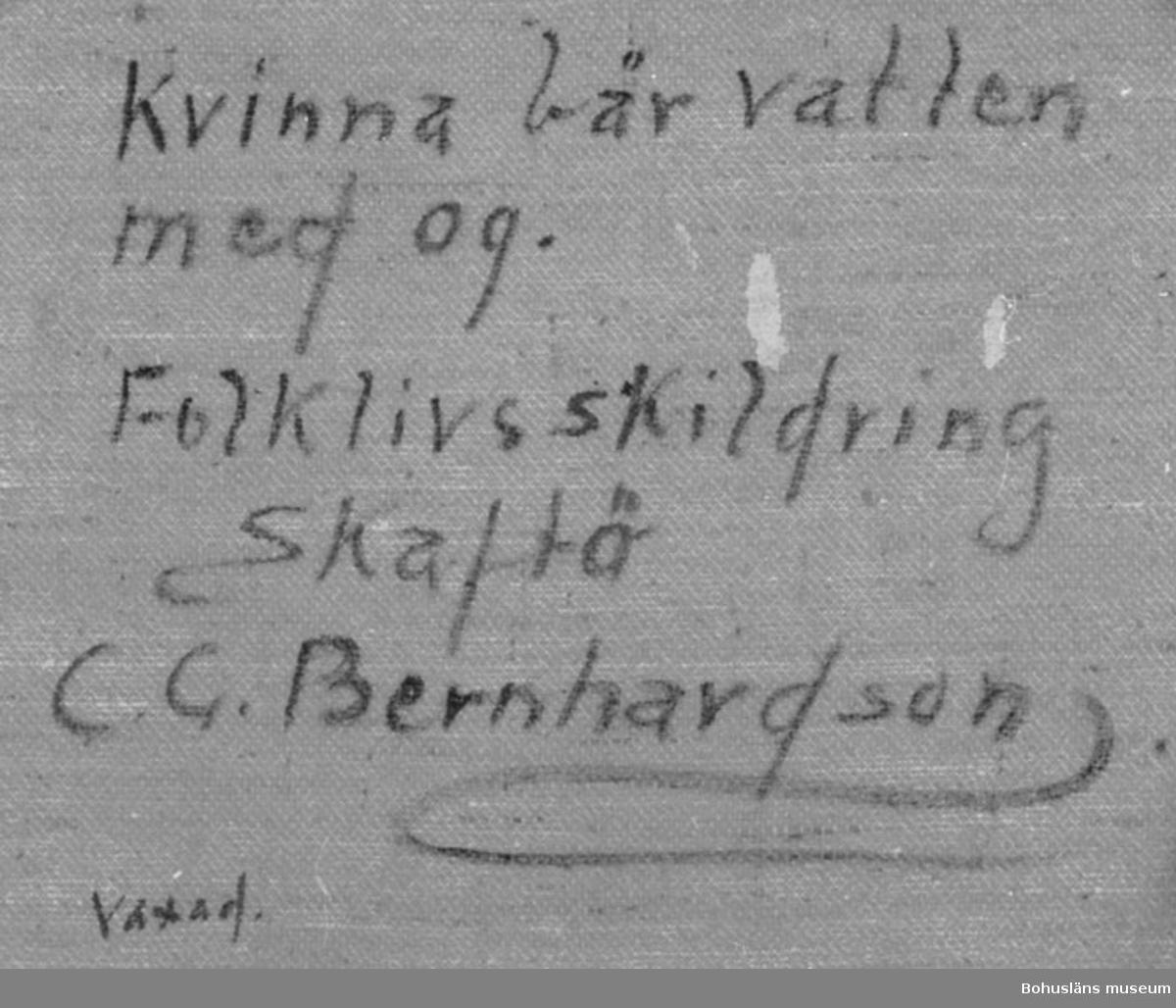 """Baksidestext:  """"Kvinna bär vatten med og. Folklivsskildring Skaftö C.G. Bernhardson. Vaxad.""""  Ordförklaring: Og = ok, e vänna ván = en vattenhämtning. Dialektala uttryck.  Litt.: Bernhardson, C.G.: Bohuslänskt folkliv, Uddevalla, 1982, s. 220. Titel i boken: Oget å e vänna ván.  Övrig historik se CGB001."""
