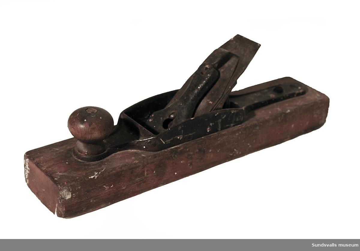 Hyvel med trästock försedd med knoppformat handtag. På ovansidan mellan hyveljärn och stock sitter en ställmutter med vilken man kan reglera järnets vinkel. Handtag saknas.