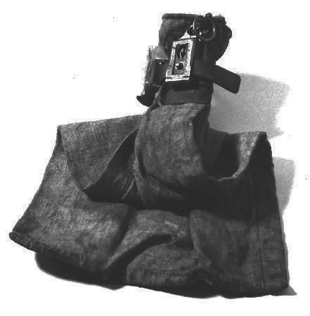 """Postsäck av väv. Säcken kunde förslutas med ett lås av metallupptill, en läderrem drogs åt runt säckens """"hals"""" och förseglades medlåset."""