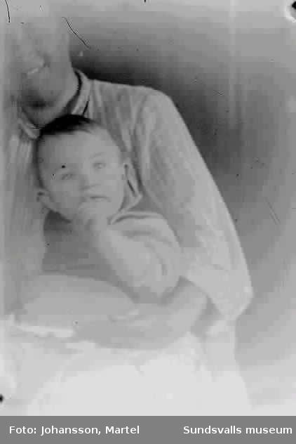 Kvinna med barn i sitt knä.