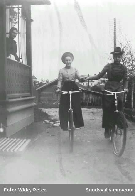 Hos fabrikör Wide. Barbro och Dagmar på cykel.