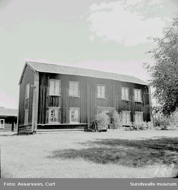 Mangårdsbyggnad fr. ursprungliga1500-talet hos August Söderberg. Mangårdsbyggnad från 1600-talet i Häre, Indal.