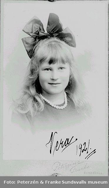 Ateljéporträtt av Vera Thorell.