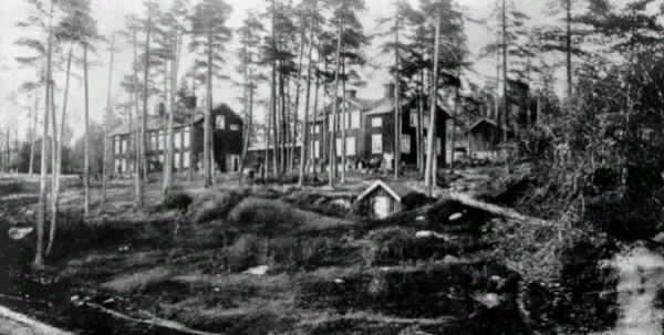 Klampenborg. Arbetarbostäderna Indalsbyggningen, Sågarbyggningen. Vykort.  Förlag: Klampenborgs Handelsförening/ Torsten Söderholm.