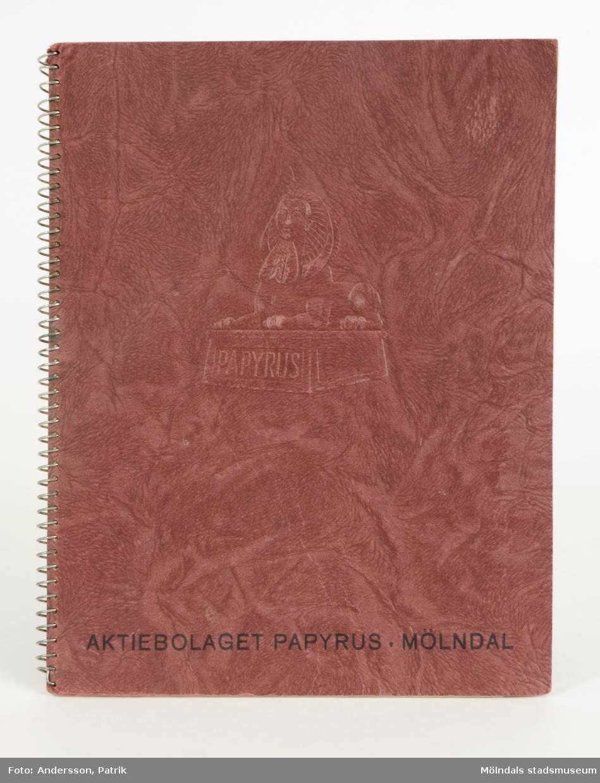 """""""Netto Priskurant utan förbindelse"""", dvs. prislista över ett flertal av Papyrus pappersprodukter, exempelvis tryck-, bok-, skriv-, post-, olifant-, läsk-, broschyr-, kardus-, herbarie-, vaxat papper och kartong, från 1936.Priskuranten är spiralbunden, med plommonfärgade pappärmar i präglad skinnimitation, samt sfinx på fundament. Underst, texten """"Aktiebolaget Papyrus, Mölndal"""". De olika posterna är indexerade för överskådlighet. Skriften inleds med ett alfabetiskt register, följt av """"Några ord om lagring av papper och kartong"""", """"Vad som bör ihågkommas vid beställning av papper och kartong, som skall extra tillverkas, samt """"Bestämmelser fastställda av Svenska Pappersbruksföreningen""""."""