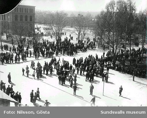 Besökare till Sundsvallsutställningen (1928) på läroverksplanen. Gösta Nilsson hade ensamrätt till fotograferingen.