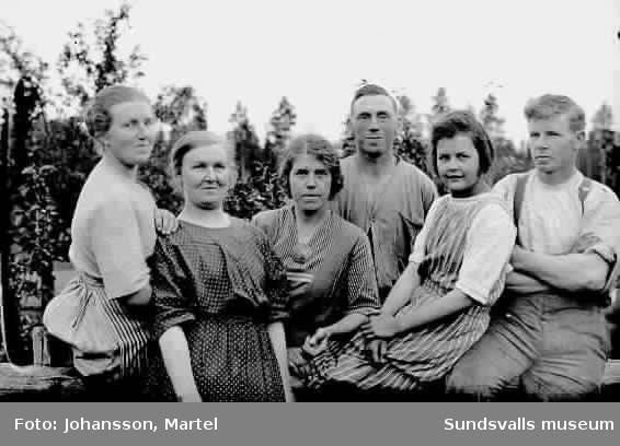 Gruppbild, två män och fyra kvinnor. andra kvinna från vänster är Hanna Muhr och tredje kvinna från vänster är  Ingeborg Muhr/se 0576,12.