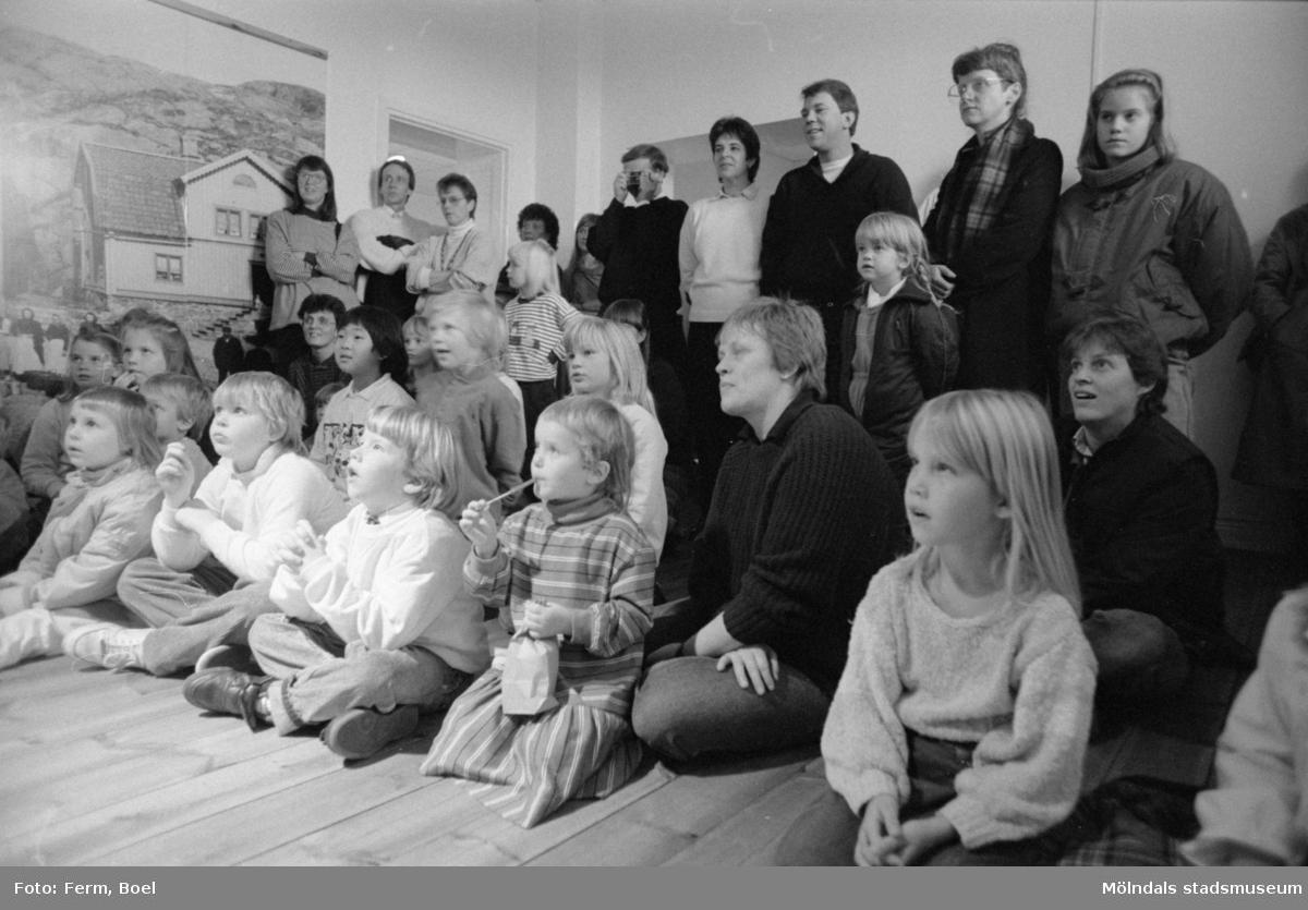 Familjesöndag på Mölndals museum den 20 november 1988. Sång och danslekar med Linda Olsbjörk. Dramatisering av fattigauktion med Susanne Brånålt. Dockteater av Skånhällaskolan.