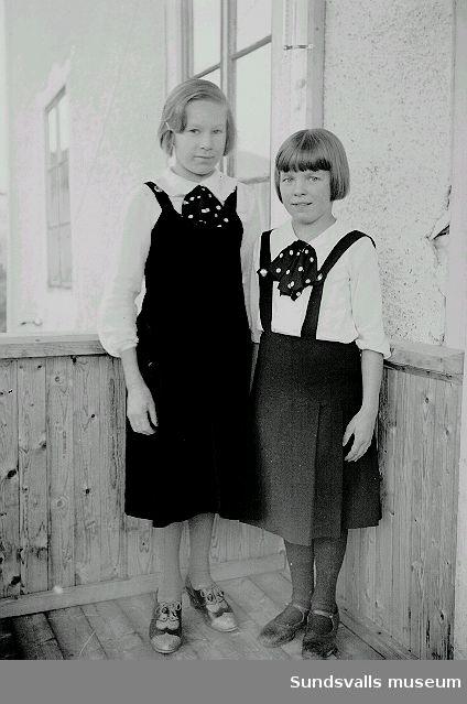Porträtt. Två flickor på bron till bostsdshuset.