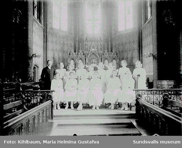 Grupporträtt. Konfirmation, flickor, i Gustav Adolfs kyrka.