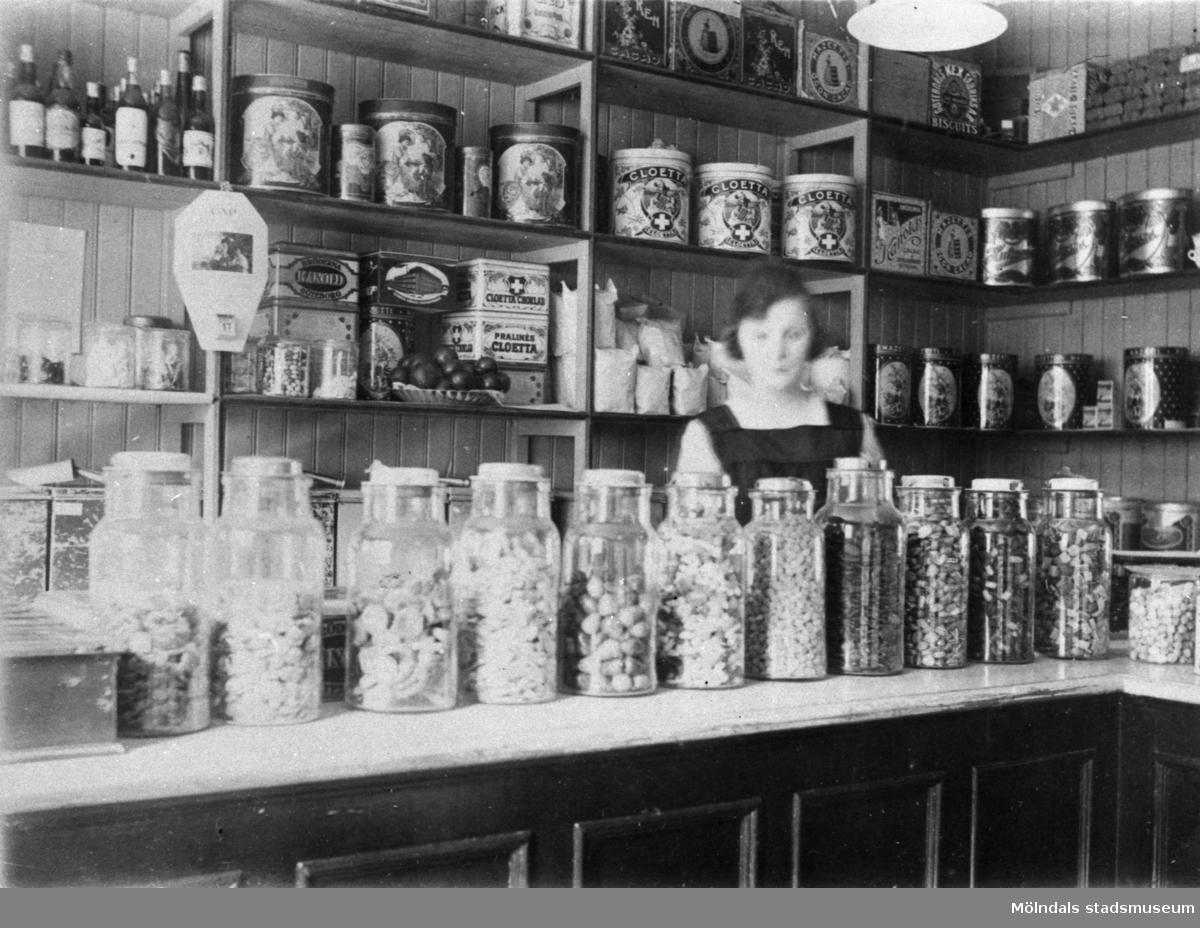 Interiörfotografi från Magnussons kaffehandel vid Götaforsliden i Mölndals kvarnby. 1920–30-tal.