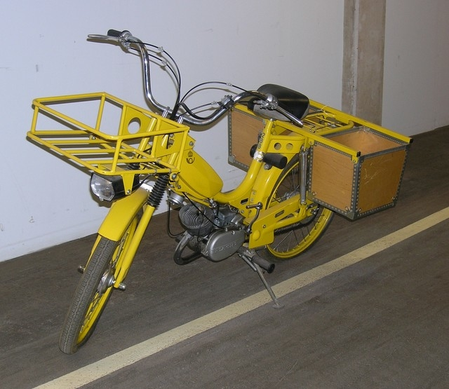 Gul moped med på pakethållaren baktill två specialbyggda lådor för postens förvarande. Framtill en pakethållare eller väskhållare. Mopeden är handväxlad med två växlar. Försedd med Sachs motor. Typbeteckning: TSV 1160, MCB 1160, 212521, 726 774, 288.