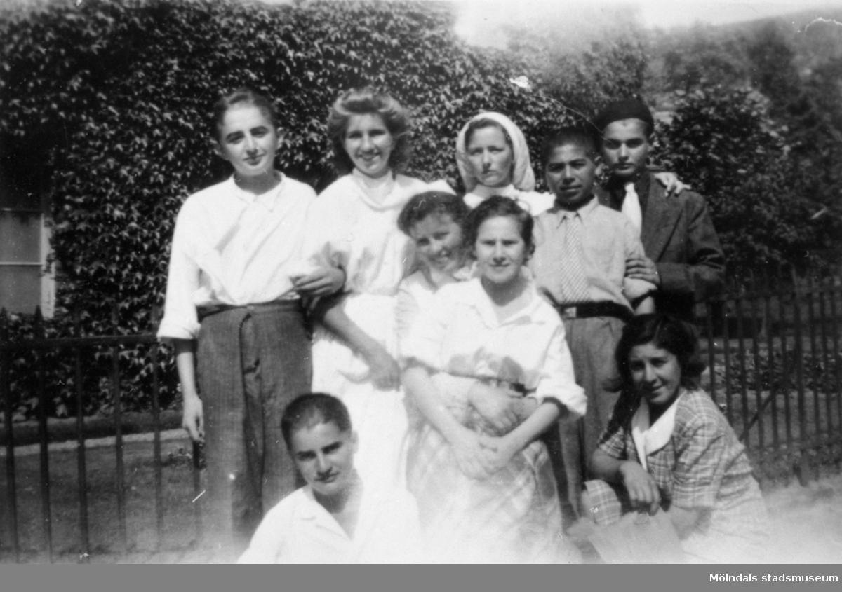 """""""Karantänsförläggning"""" på Kvarnbyskolan för flyktingar från koncentrationsläger i Tyskland 1945. Tre pojkar, tre flickor och tre sköterskor."""