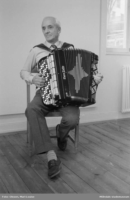 Ivan Svensson, ordförande i Mölndals dragspelsklubb, spelandes dragspel. Mölndals kvarnby 1990.