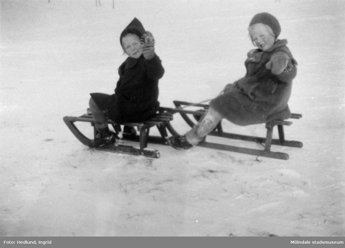 Bosgårdens barnträdgård 1938-1945. Två flickor på kälkar.