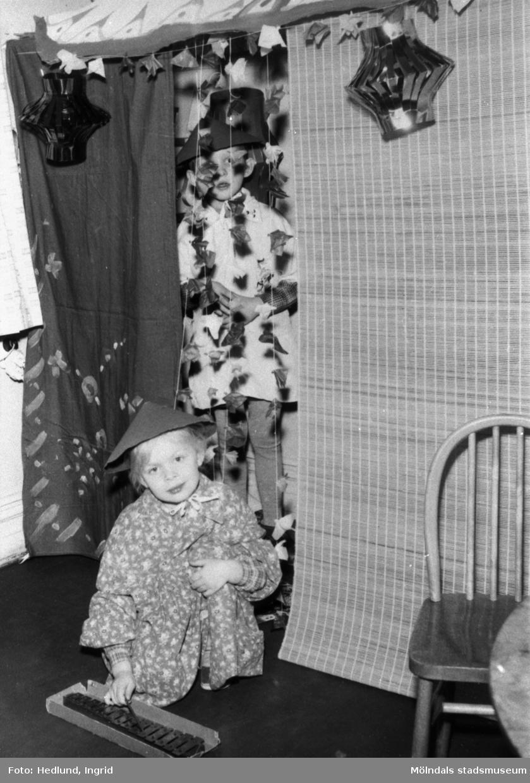 """Bosgårdens barnträdgård 1938-1945. Två barn som har klätt ut sig till """"kineser"""". Kanske teaterpjäs."""