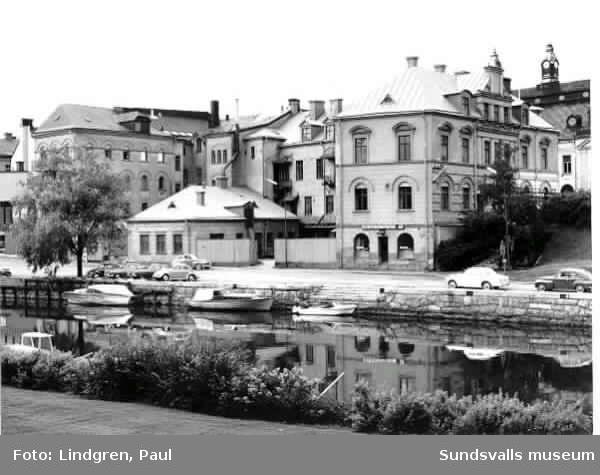 Lyckan 1 sedd från Ågatan. Selångersån med båtar.