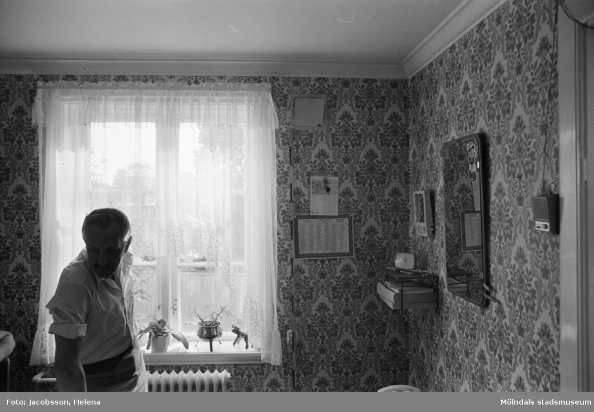 Bostadshus Roten M 11-12, okänt årtal. Vindsvåningen avbildad. Okänd person.