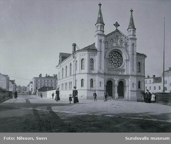 Sjömanskapellet (Sjömanskyrkan) i kvarteret Apollo. Ritad av arkitekt Gustaf Hermansson, invigdes 1891. Köpmangatan med Läroverket i fonden.