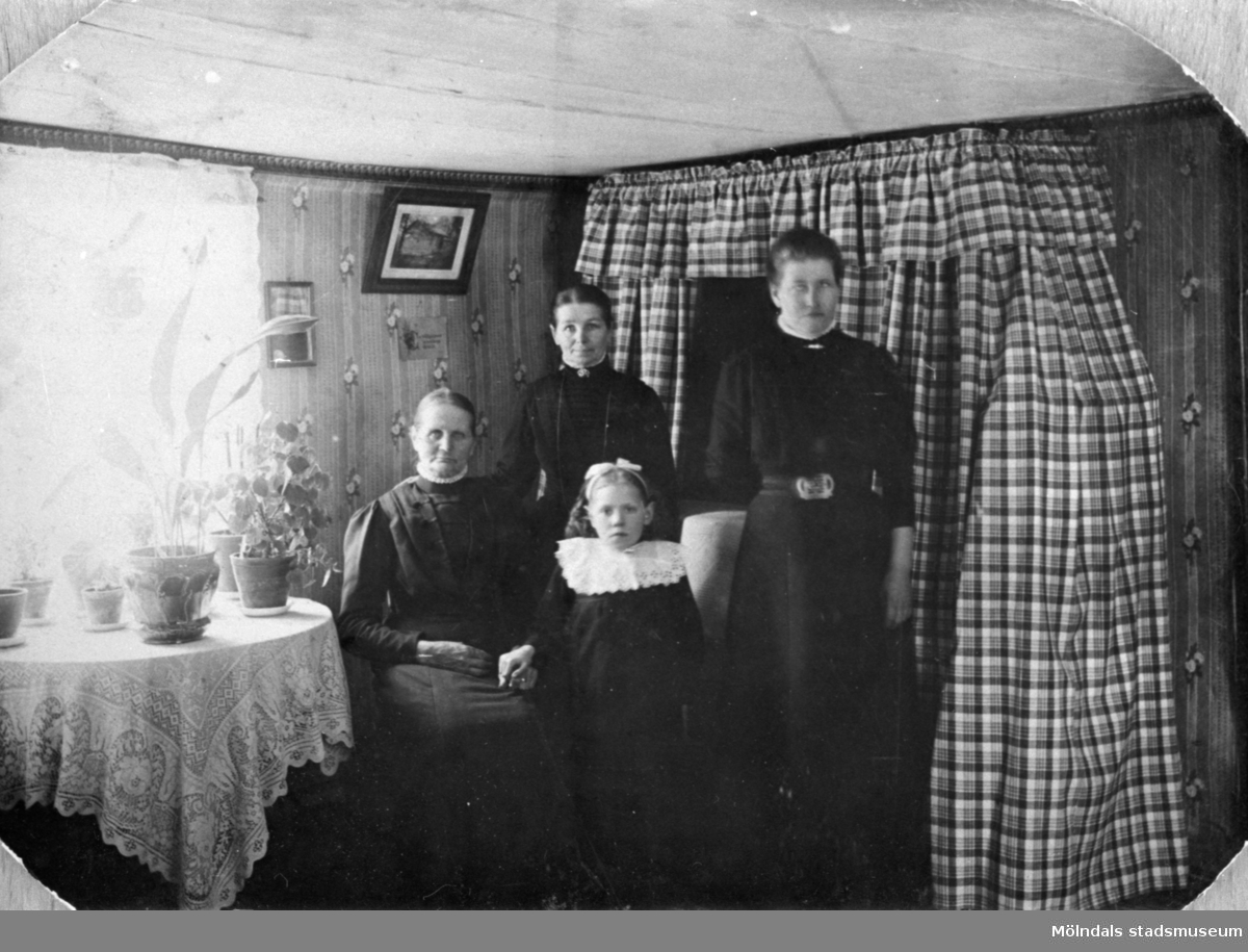 Fr v: Maria Eriksson (1840-1925), Josefina Eriksson (1856-1928) och Anna Carlsson (1872-1955). Längst fram står Märta Persson (fosterbarn). Anna arbetade som piga hos Maria och Josefina. 1900-tal.