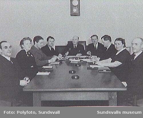 Möte i Fattigvårdsstyrelsen, Krets VIII; fr.v. O. V.Johannssson, F. Jonsson, J. A. Vestin, J. A. Bylund, ordförande K. W. Eriksson, G. E. Olsson, A. Jonsson, E. Pettersson, V. E. Håkansson.
