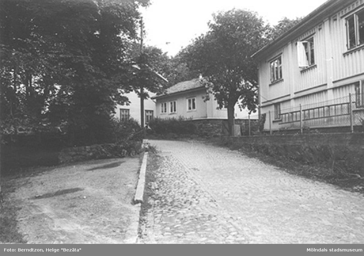 """Klippgatan (Royens gata) i Mölndals kvarnby, 1984. """"I det lilla huset i mitten av bilden hörde och såg jag den första grammofonen med stor tratt och raspig musik. Måste ha varit 1917-18"""", enligt Berndtzons anteckningar."""