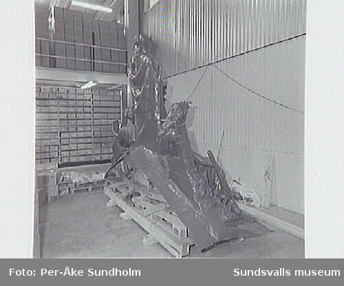 Nordbankens lager Vindskärsudde.Takskulptur efter målningsarbete.