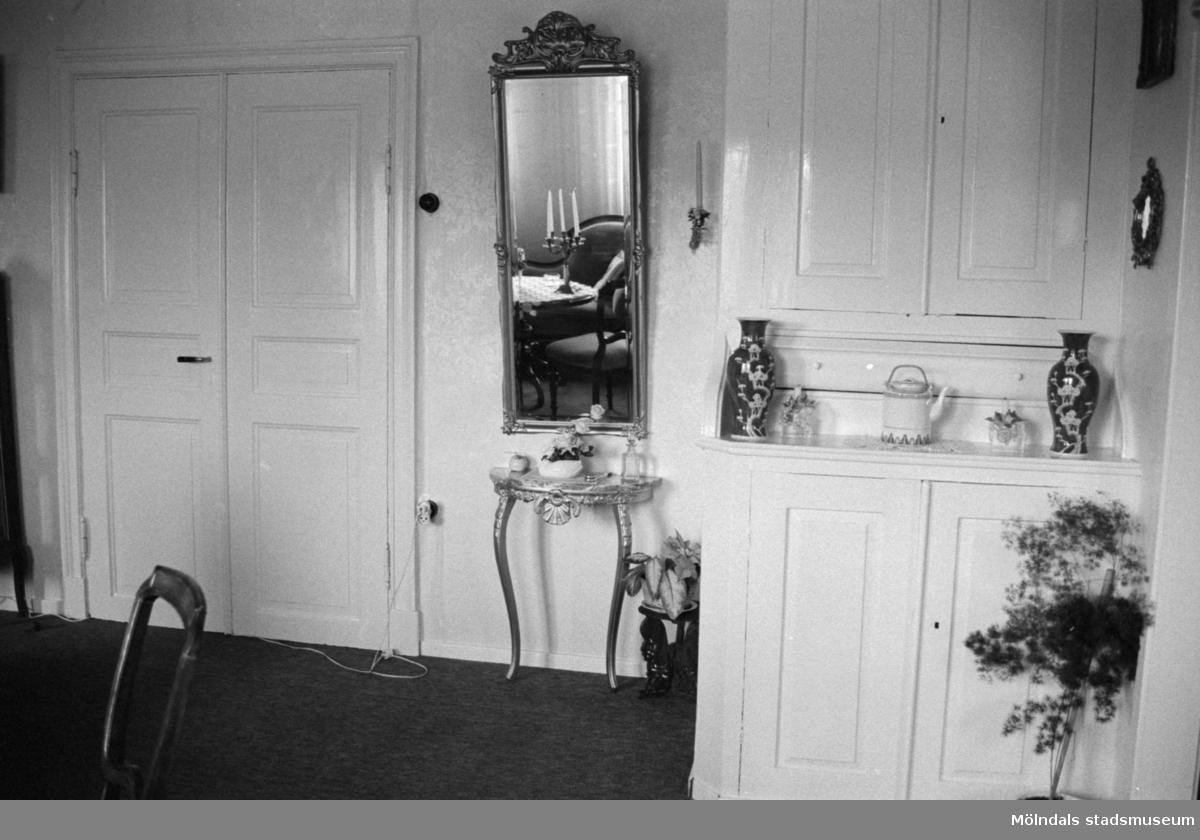 Interiör från Kongegården Johannesfred i juni 1987. Huset byggt ca 1870. Inköpt av släkten (Ingrid Karlssons?) 1900. Fogdegård i mitten av 1600-talet. Byggnadslov/rivningsansökan.