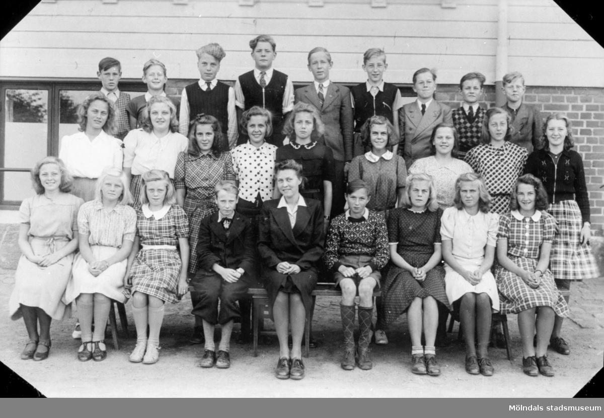 Ett klassfoto taget utanför Trädgårdsskolan 1941-42.