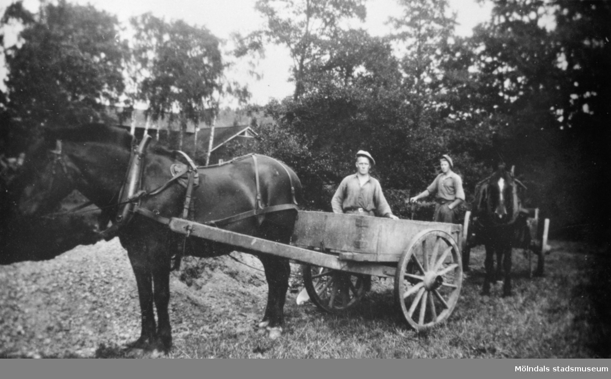 Arvid och Gustav bygger väg i Hällesåker, 1930. De har var sin häst med en kärra som kallades (Goppa), en kärra med flak som var ledad vid hjulaxeln. Fullt lass tippades med lätthet.