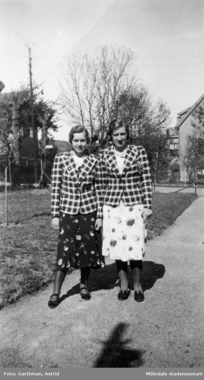 Astrid Garthmans (född Karlsson) fastrar; Ester och Aina Karlsson. Mölndal, 1930-tal.