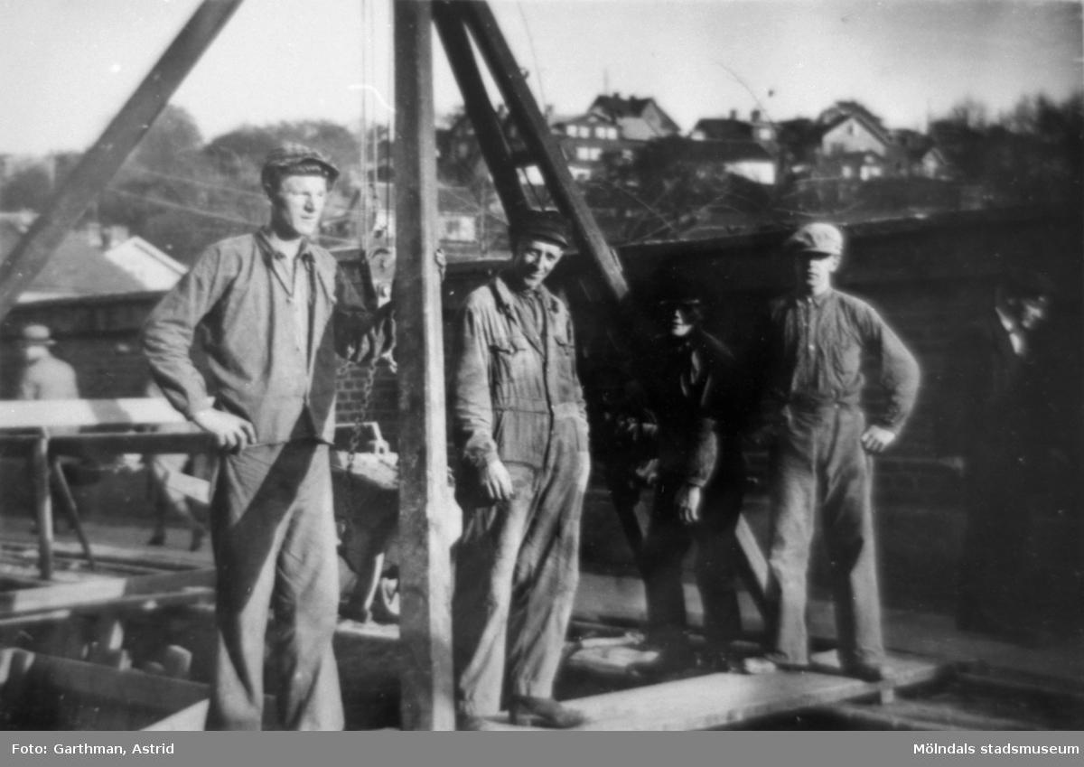Avloppsläggning på Kvarnbygatan under 1930-talet. Till vänster står Holger Törner. Givarens morfar, Viktor Karlsson, finns med på bilden.