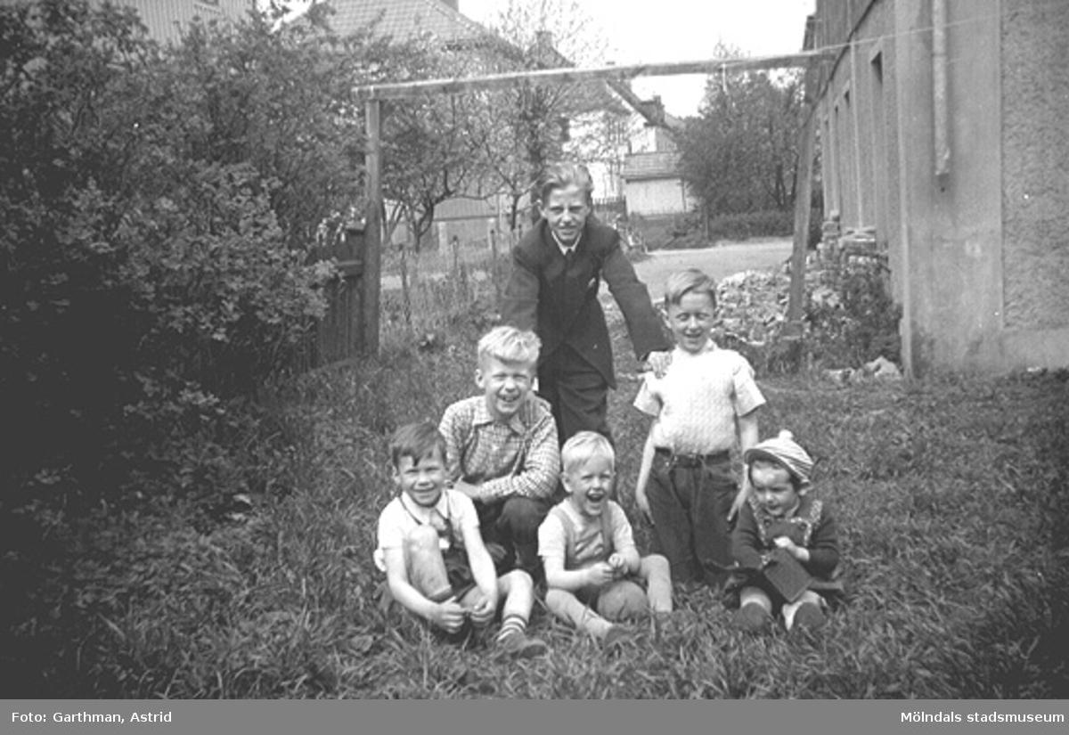 Sex grabbar på en gräsmatta mellan Barnhemsgatan 21 och Villagatan 13. Alf och Leifs morbror Rolf Karlsson står, nedanför sitter bröderna Bosse och Örjan Stolth, bröderna Alf och Leif Garthman samt Robert Lopez. 1950-tal