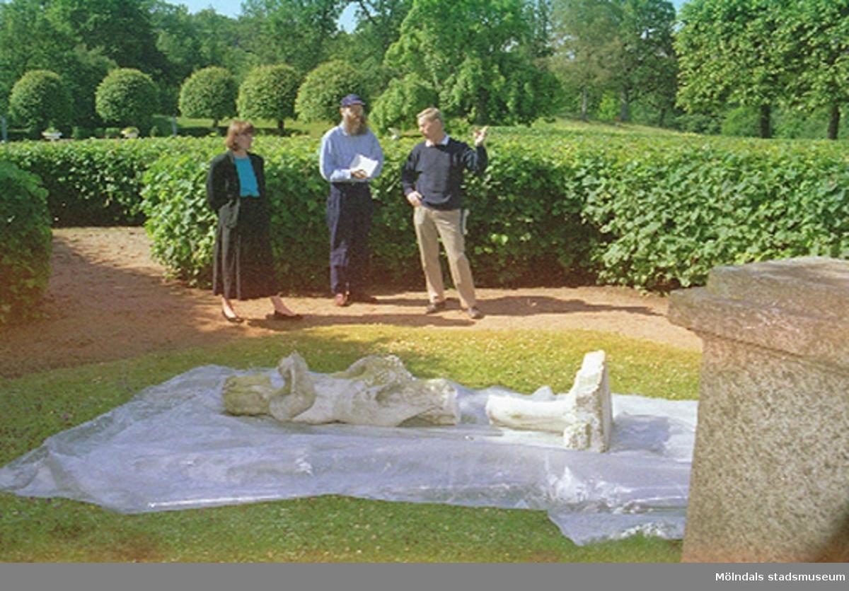 Museichef Mari-Louise Olsson, Antikvarie Lars Gahrn och Kultur- och fritids chef Karl Nordanstad beskådar skadade skulpturer. Dokumentation av sönderslagna skulpturer Bacchus och Flora, Gunnebo slott juni 1993.
