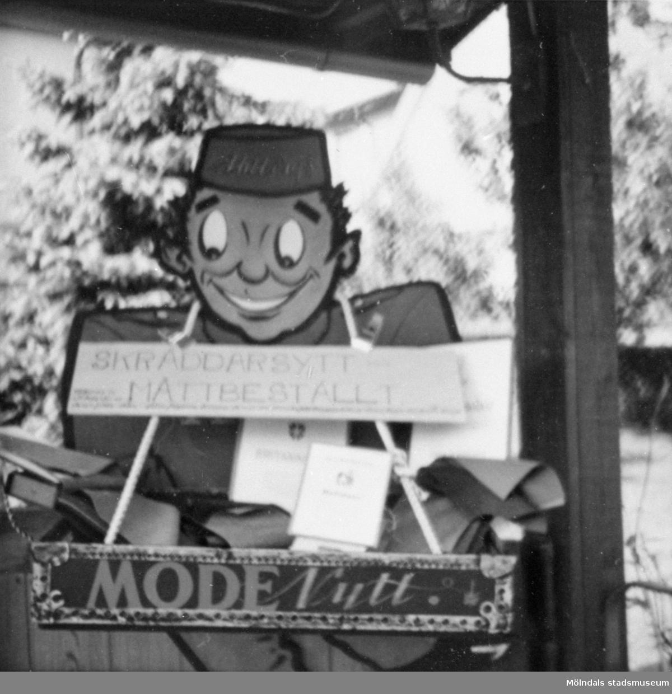 Reklamfigur som Ahlbergs skrädderi hade mot gatan på Barnhemsgatan 16, 1960-tal.