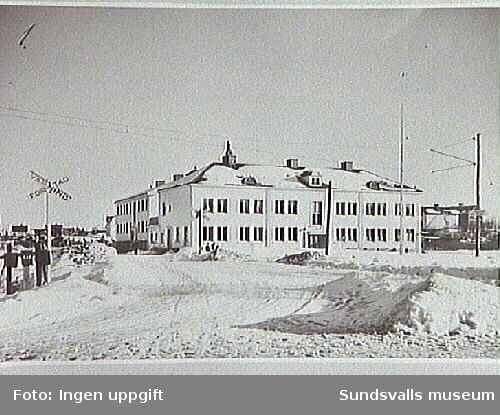 Medborgaren 1, Sköns Kommunhus 1950 ca. Observera varningsskylten vid järvägsövergången.