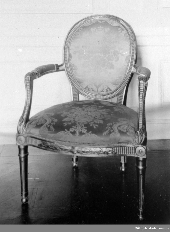 Nyklassicistisk stol, tillhörande bild: 1995_0993. Gunnebo slott 1930-tal.