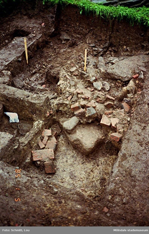 """Ett utgrävningsschakt i Gunnebo slotts köksträdgård """"A"""", augusti 1995."""