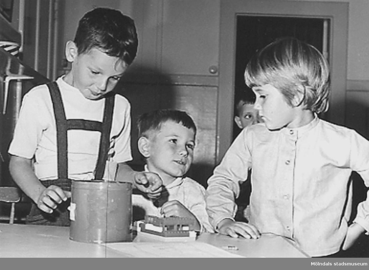 Några barn som leker med lego vid Holtermanska daghemmet 1953.