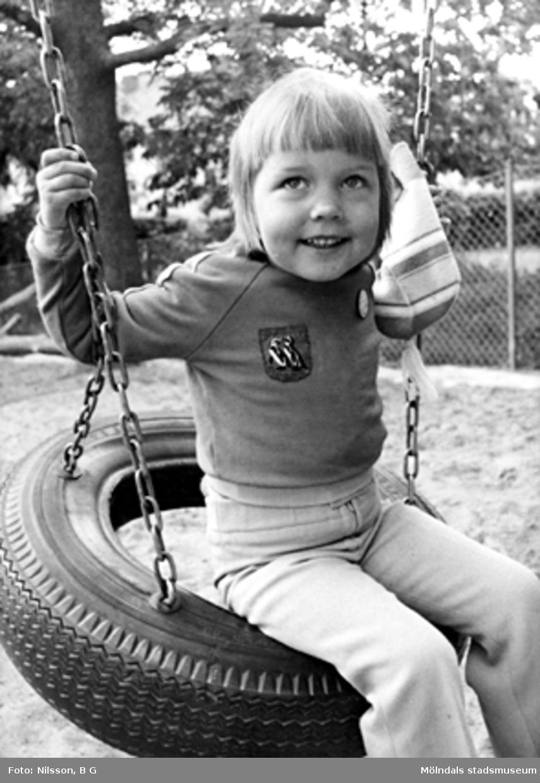 En flicka som gungar. Holtermanska daghemmet juni 1974.