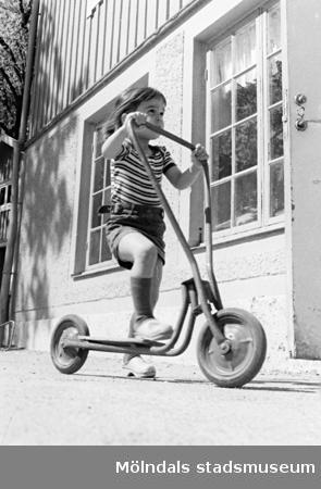 Ett barn på sparkcykel. Holtermanska daghemmet, okänt årtal.