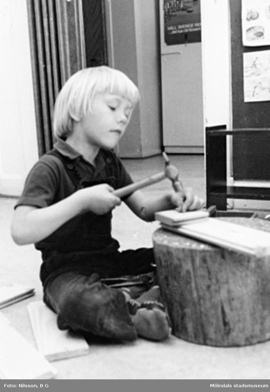 En pojke som snickrar. Holtermanska daghemmet, okänt årtal.
