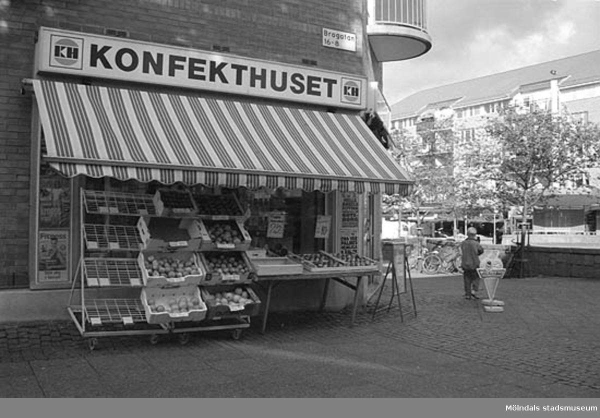 Mölndalsbro i dag - ett skolpedagogiskt dokumentationsprojekt på Mölndals museum under oktober 1996. 1996_0941-0949 är gjorda av högstadieelever från Kvarnbyskolan 9A, grupp 2. Se även 1996_0913-0940, gruppbilder på klasserna 1996_1382-1405 samt bilder från den färdiga utställningen 1996_1358-1381.