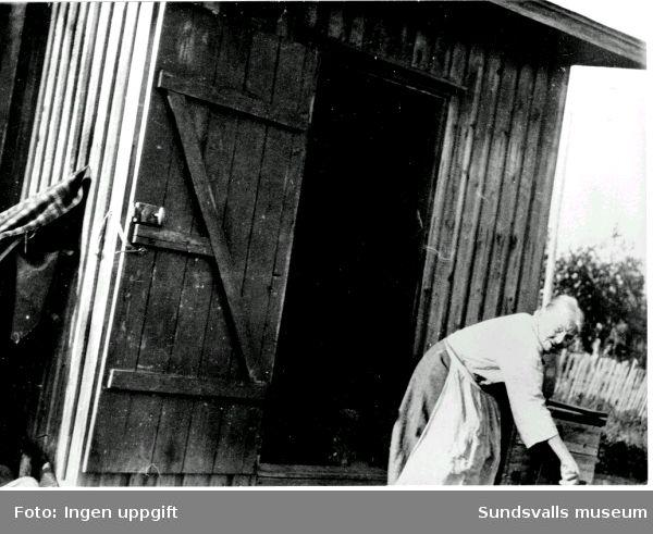 Gumma utanför sitt järnspisrum där hon bodde 1935.neg:9686-15,9686-16.