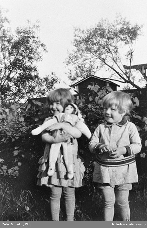 Elin Anderssons syskonbarn Gunvor Esbjörnsson och Ingemar Larsson, 1930.