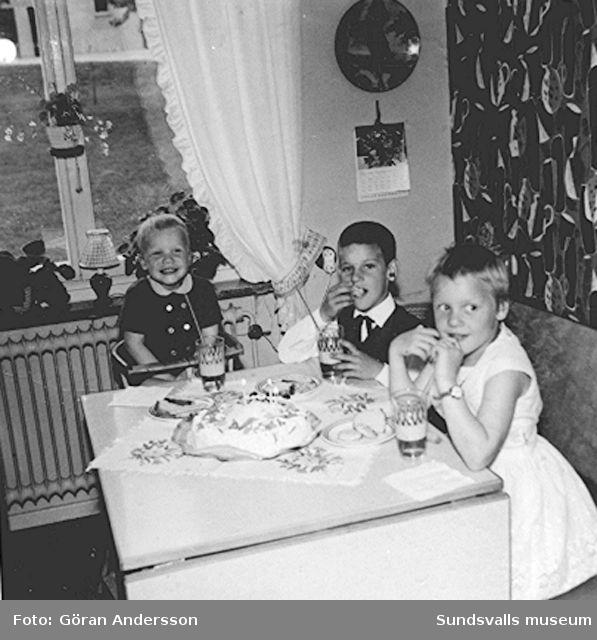 """Håkan Anderssons treårsdag 1962  firas med saft och tårta i familjen Anderssons kök på Sveavägen 33, Sundsvall. Håkan är son till Inge-Britt och Göran Andersson. Text; """"man kan väl inte vara gladare än så här när man har födelsedag""""."""