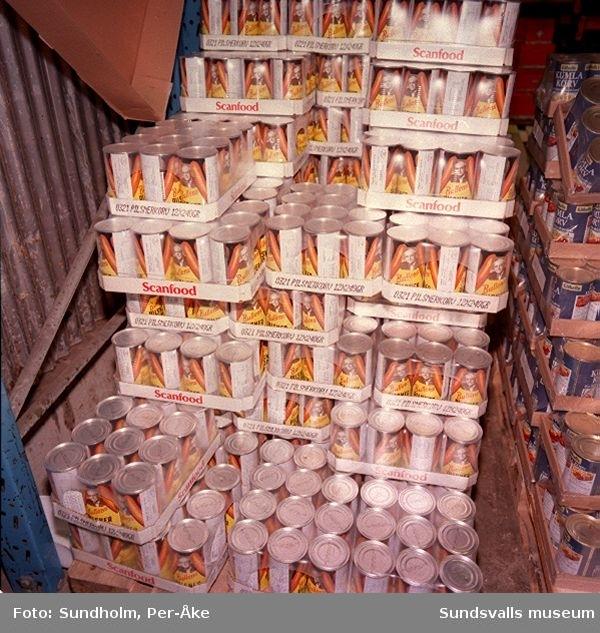 Dokumentation av Kooperativa Förbundets lagercentral, Birsta, inom ramen för SAMDOK:s Handelspool (jfr dokumentationen 1984)01 - 02 Pallar med strösockerförpackning innehållande sex stycken tvåkilospaket03 - 04 Lossning av järnvägsvagn på industrispåret inne i lagerbyggnaden05 - 08 Kyllagret09 Expeditionsgång i kyllagret10 - 11 Dryckeslagret12 Rum med skadade varor
