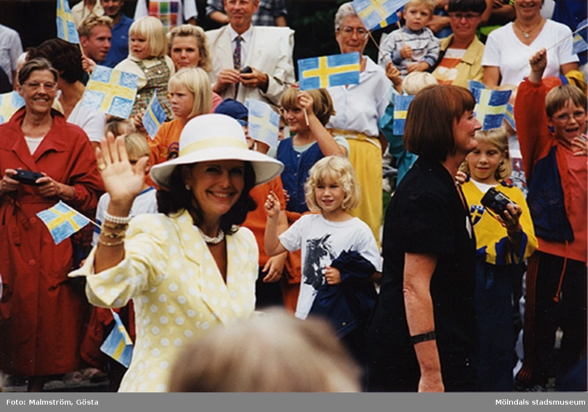 Drottning Silvia vinkar och till höger ses museichef Mari-Louise Olsson. Besök av kungaparet på Mölndals Museum 1997-08-27 i samband med att Tjenstefolksbyggningen på Gunnebo slott invigdes.