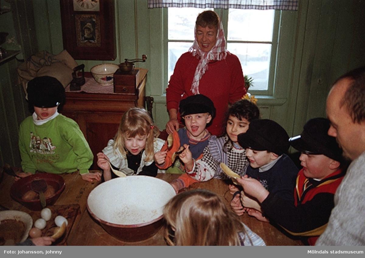 Museipedagog Håkan Strömberg (till höger) visar förskolebarn Olas stuga 1999-02-18. Tema: Livet förr.