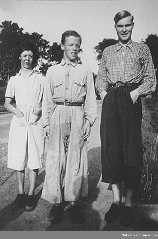 Personerna är Sara, Åke i trädgården och Erik Abrahamsson, Skomakeriet, ca 1945.